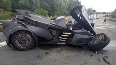 """網紅Sebastien Delanney駕""""蝙蝠車""""上高速被撞車頭撞廢"""