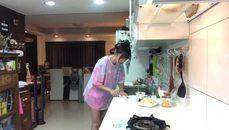 劉萱穿真理褲做菜