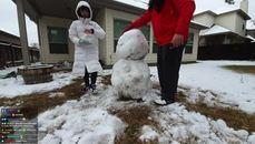 企鵝妹與海格男堆雪人