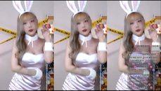 很正常的兔子吃胡蘿蔔 不要想歪