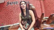 這猴子很會 居然會傳說中的抓奶龍爪手 ...