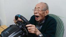 93歲高齡阿公,玩賽車遊戲駕駛技術超猛!